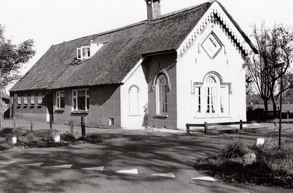 Stal aangebouwd en in de zijgevel twee ramen gezet (1962)